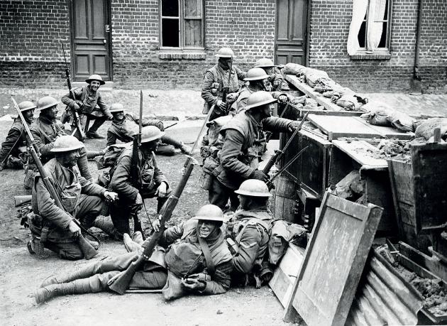 Brit katonák egy barikád fedezékében Bailleul városában, 1918 április 15-én.