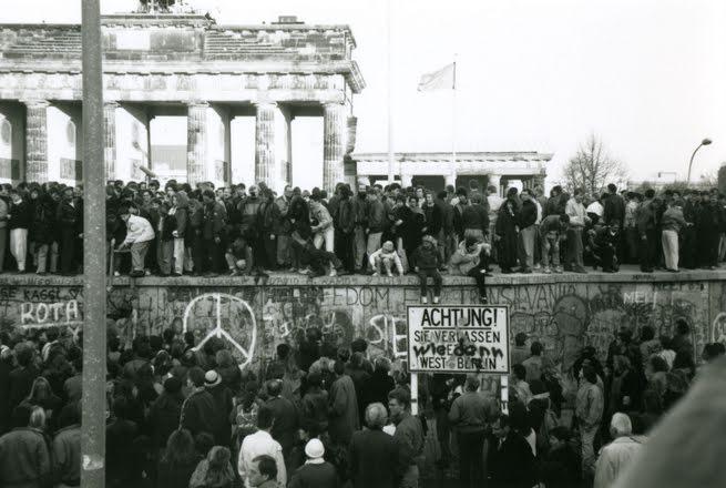 A berlini fal, 1989. november 10. (Fotó: Fumiko Matsuyama, forrás: europeana1989.eu)