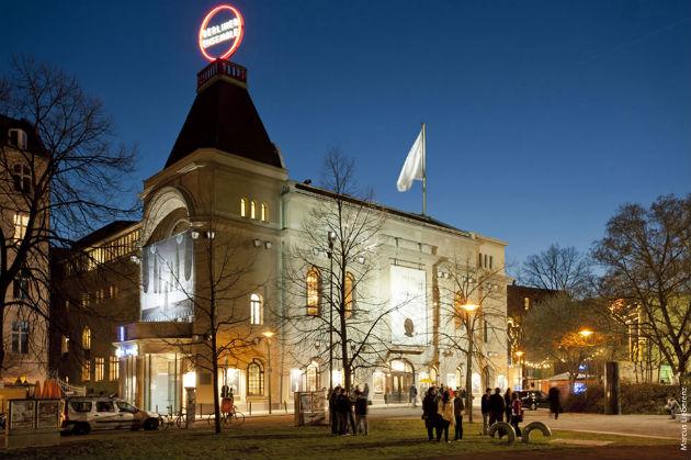 A Berliner Ensemble élülete, tetjén a társulat logójával (fotó: www.berliner-ensemble.de/ Marcus Lieberenz)