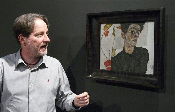 Baán László, a múzeum főigazgatója Egon Schiele Önarckép lampion virággal című képe előtt (MTI Fotó: Beliczay László)