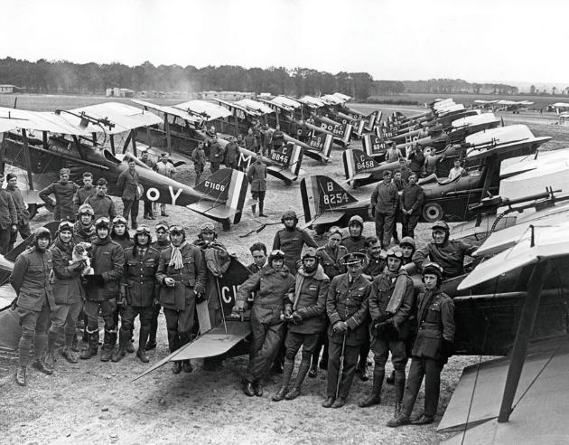 A Királyi Repülő Hadtest repülőszázadának vadászpilótái az SE5-ös flotta előtt