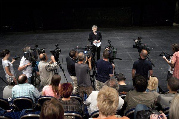 Alföldi Róbert a sajtótájékoztatón a Nemzeti Színházban (MTI Fotó: Kallos Bea)