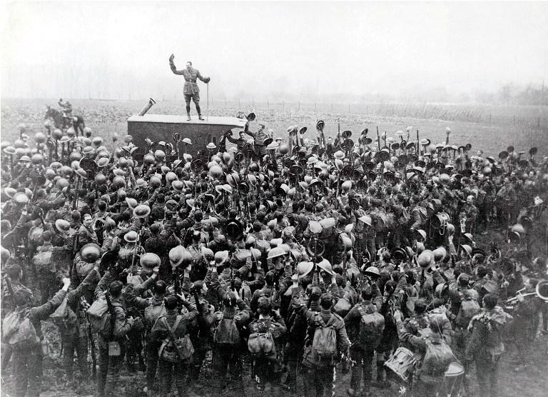 A kelet-surreyi ezred 1918. november 11-én tiszteleg a német megadás hírére