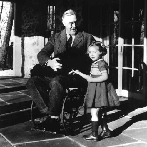 A fényképek is ritkák, amelyen Roosevelt kerekesszékben látható: ezen a fotón az elnök kutyájával és egy alkalmazottjának unokájával látható