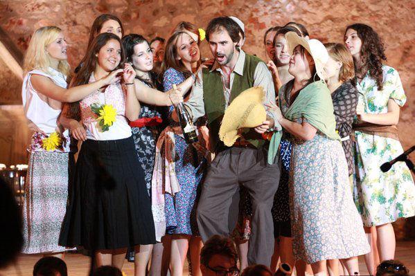 Jelenet a 2011-es operaelőadásból - Donizetti: Szerelmi bájital