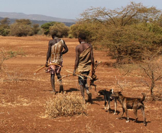 A Tanzánia északi részén élő hadza törzs tagjai ma is úgy élnek, mint tízezer évvel ezelőtt őseik