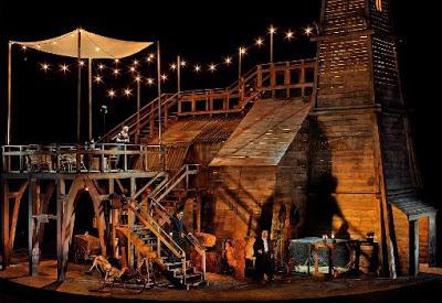 A színpadkép (Fotó: Enrico Nawath, forrás: en.paperblog.com)