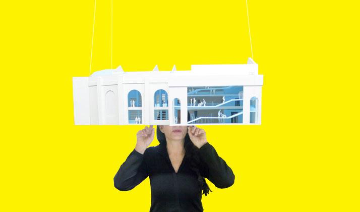 Marina Abramovic az épület modelljével (Fotó: OMA, forrás: yatzer.com)