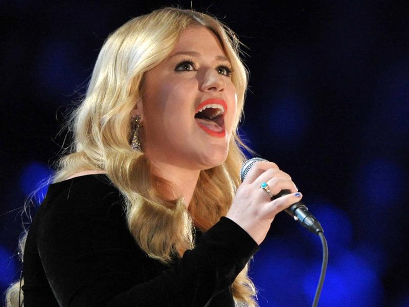 Kelly Clarkson a legendás gyűrűvel (Fotó: newswhip.com)