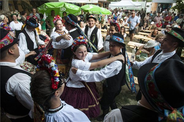 A Zengővárkonyi Köpüfa zenekar és táncegyüttes tagjai a fesztivál megnyitóján (MTI fotó: Szigetváry Zsolt)