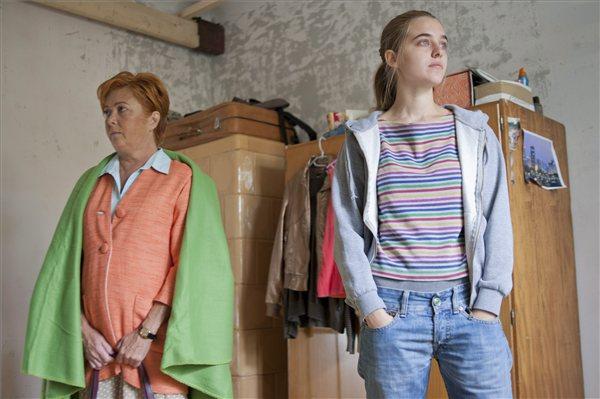 Börcsök Enikő az igazgatónő és Vecsei Kinga Maja szerepében a forgatáson (MTI Fotó: Kallos Bea)