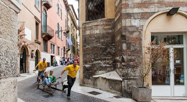 Az utcai játékok fesztiválja Veronában (Fotó: zaptravel.com)