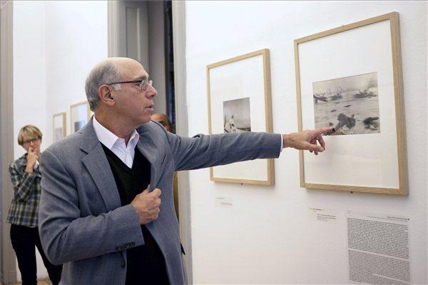 Howard Greenberg amerikai fotóművész, műgyűjtő beszél Robert Capa D-day című fotójáról (MTI Fotó: Kallos Bea)
