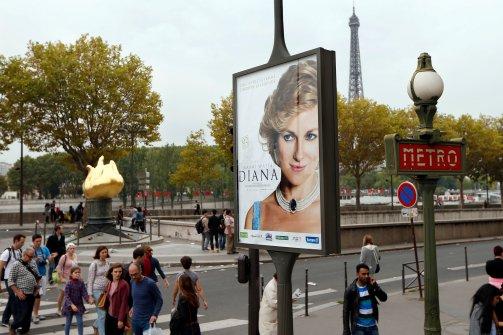 A Diana-film plakátja Párizsban (Fotó: thedailybeast.com)