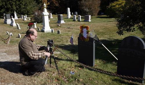 Walter Skold a Maine állambeli Cundys Harbor temetőjében (Fotó: www.blogs.knoxville/AP/Pat Wellenbach)