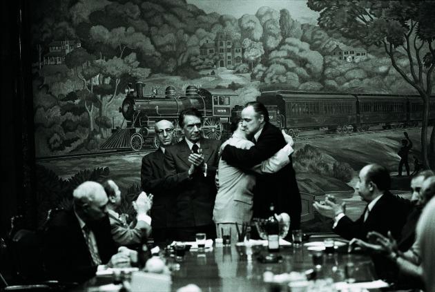 Don Philip Tattaglia (Victor Rendina) és Don Vito Corleone (Marlon Brando) (Fotó: Steve Schapiro, forrás: huffingtonpost.com)