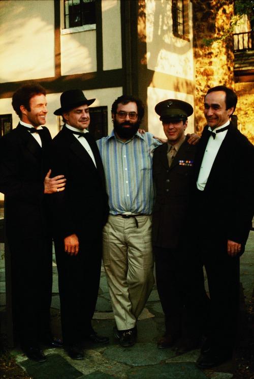 Francis Ford Coppola a színészek gyűrűjében: James Caan, Marlon Brando, Al Pacino és John Cazale (Fotó: Steve Schapiro, forrás: huffingtonpost.com)