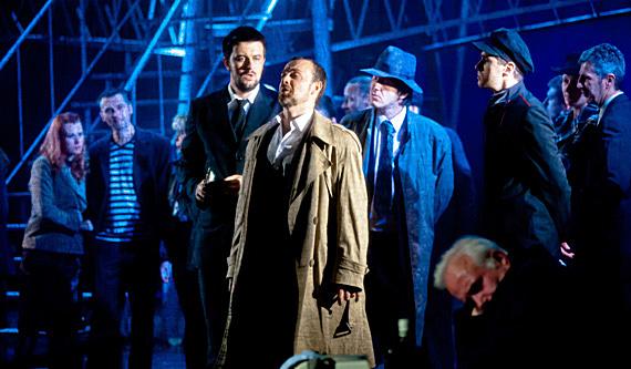 Jelenet - középen Christophe Poncet Bert szerepében (Fotó: Kállai-Tóth Anett)