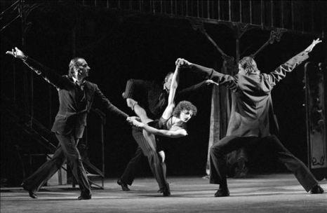 László Péter (balra),a Csavargók szerepében, Bartók Béla A csodálatos mandarin című művének egyik jelenetében, 1981-ben