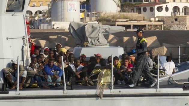 Afrikai menekültek Lampedusánál nyáron