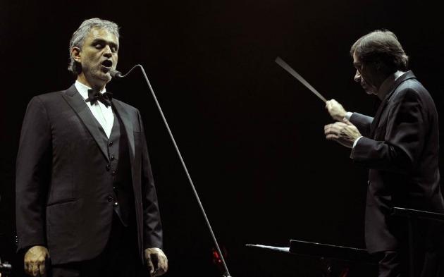 Andrea Bocelli tenorénekes és Marcello Rota karmester a budapesti kocnerten (MTI Fotó: Kovács Attila)
