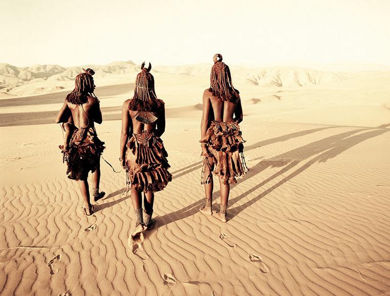 Jimmy Nelson: Himba asszonyok - A himba törzs egy félnomád pásztornép Namíbia észak-nyugati részén és dél-nyugat Algolában, a Kunene folyó vidékén.