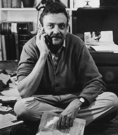 Kurt Vonnegut a papírtengerben (Fotó: gereports.com)