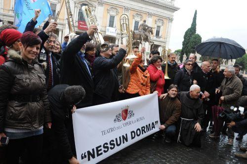 A római opera zenekarának és kórusának tagjai tüntetnek (fotó: gramilano.com)