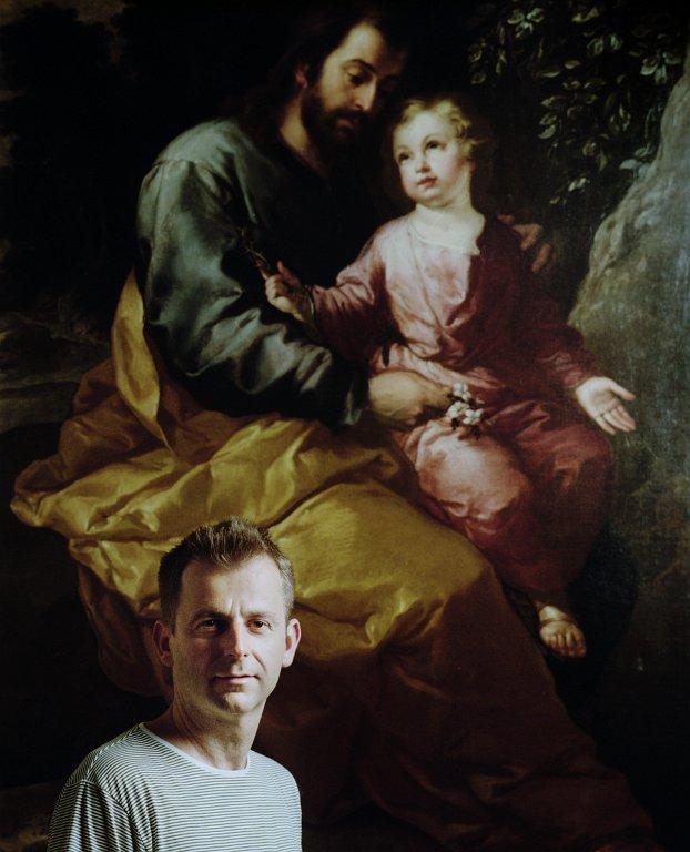 Grecsó Krisztián a Szent József a gyermek Jézussal festmény mellett (Fotó: Helmut Wimmer)