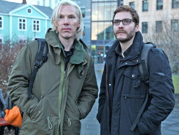 Benedict Cumberbatch és Daniel Brühl a The Fifth Estate-ben (Fotó: thisisinfamous.com)