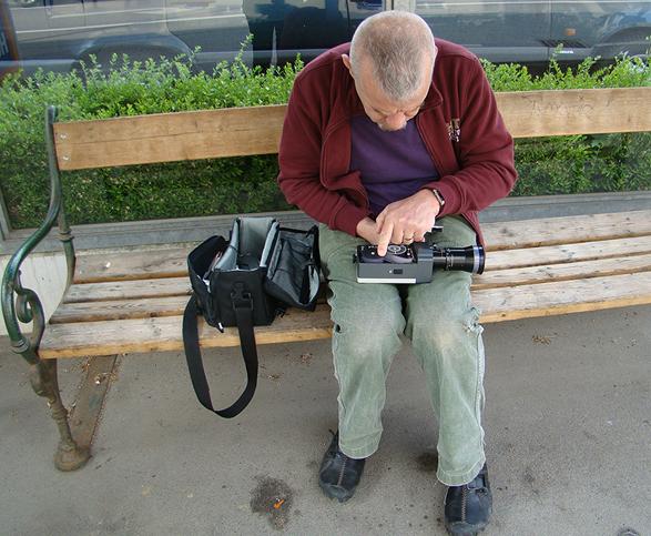 Szemző Tibor befűzi a kamerát