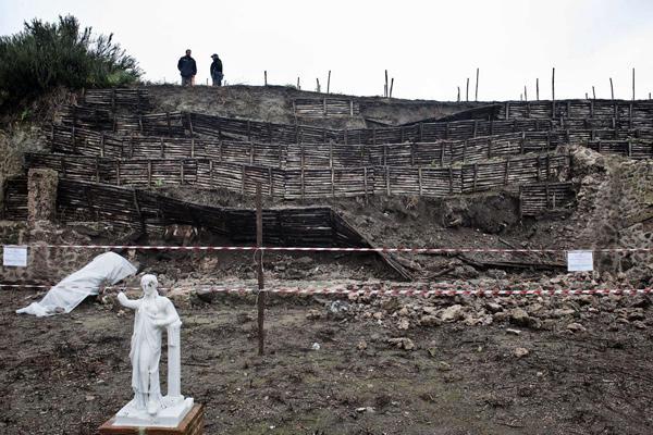Két ókori fal leomlása a 2010-es esőzésekben (Fotó: csmonitor.com/Salvatore Laporta/AP)