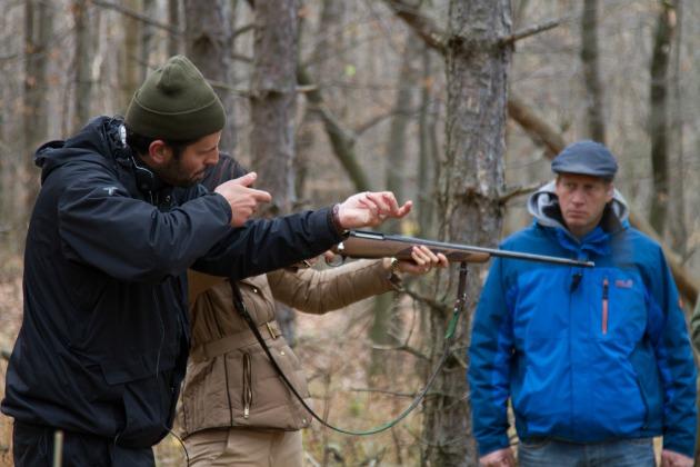 Mátyássy Áron rendező a helyes fegyvertartást mutatja Gryllus Dorkának a forgatáson