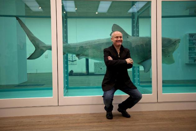 Damien Hirst a formalinos cápája mellett (Fotó: 2space.net)