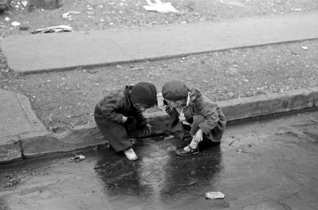 Gyerekek játszanak a járda mellett Bronxban (1936)