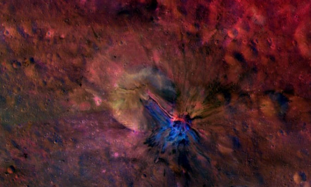 Ez a színes kompozitkép anyagfolyást mutat az óriási aszteroida Aelia kráterében és azon kívül (Fotó: hirado.hu/NASA/JPL-Caltech/UCLAMPS/DLR/IDA)