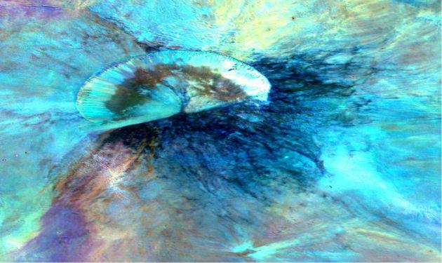 A színezett kompozitképen az Antonia-kráter látszik, amely a hatalmas Rheasilvia medencében fekszik a Vesta déli féltekéjén (Fotó: hirado.hu/NASA/JPL-Caltech/UCLAMPS/DLR/IDA)