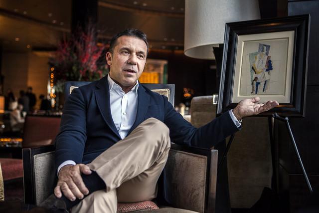 Olivier Picasso, a művész unokája a nyeremény mellett (Fotó: Chris Goodney/Bloomberg/blog.triblive.com)