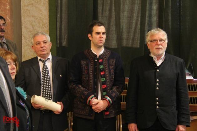 Lukács József, a Fonó alapítója kezében a díjjal, mellette Rosonczy-Kovács Mihály művészeti vezető (Fotó: fono.hu)
