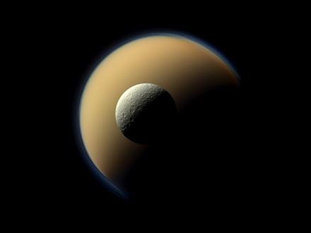 A Szaturnusz két legnagyobb Holdja: a Titán és a Rhea (Fotó: NASA/JPL-Caltech/Space Science Institute)