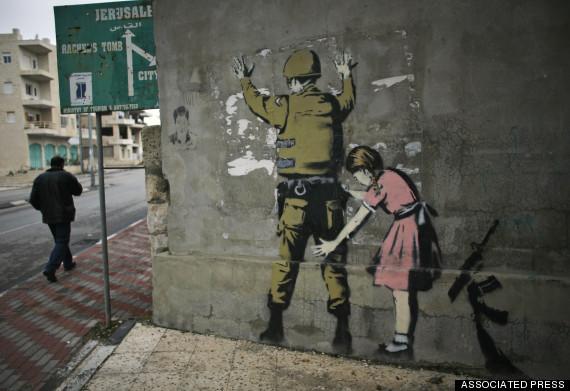 Banksy graffitije Betlehemben 2007-ből (Fotó: huffingtonpost.com)
