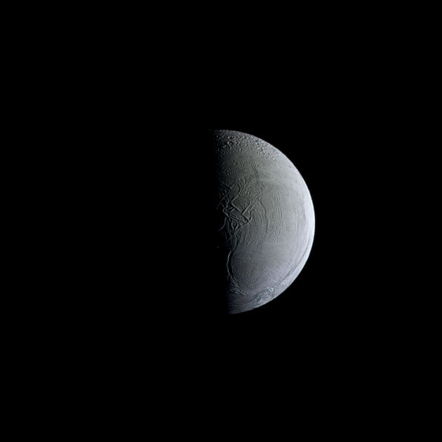 A napvilágította Enkeladusz a Cassini új fotóján (Fotó: hirado.hu/NASA/JPL-Caltech/Űrtudományi Intézet)