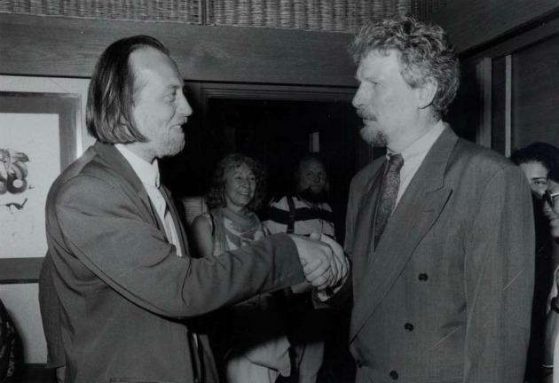 Peter Voss, az SWR intendánsa átadja Krasznahorkai Lászlónak a Bestenliste-Preis-t Baden-Badenben, 1993-ban (Forrás: pim.hu)