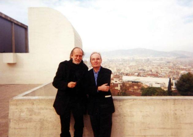Jaume Vallcorbával, spanyol kiadójával 2001-ben, Barcelonában, a Joan Miró múzeum tetetjén (Forrás: pim.hu)
