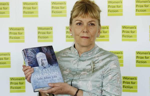 A regényírói díj nyertese, Kate Atkinson Life After Life című könyvével (Fotó: enca.com)