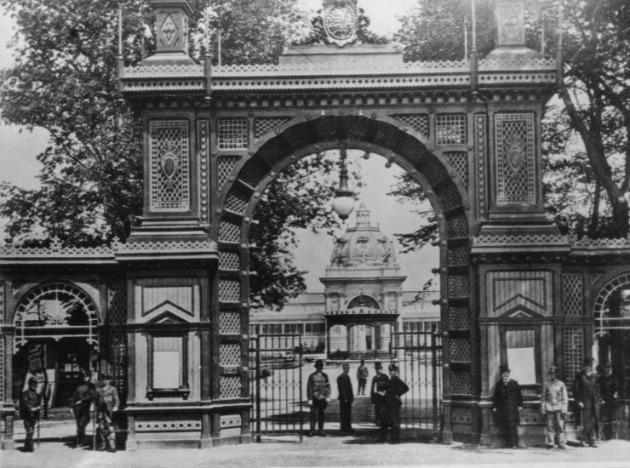 A Millenniumi kiállítás főbejárata, 1896 (Fotó: mek.oszk.hu)