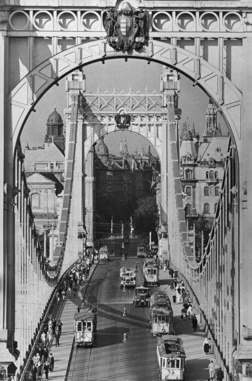 Az egykori Erzsébet híd (Fotó: mek.oszk.hu)