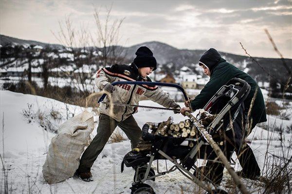 Stiller Ákos képe a Méteres lyukakban bányásszák a reményt Farkaslyukán sorozatból