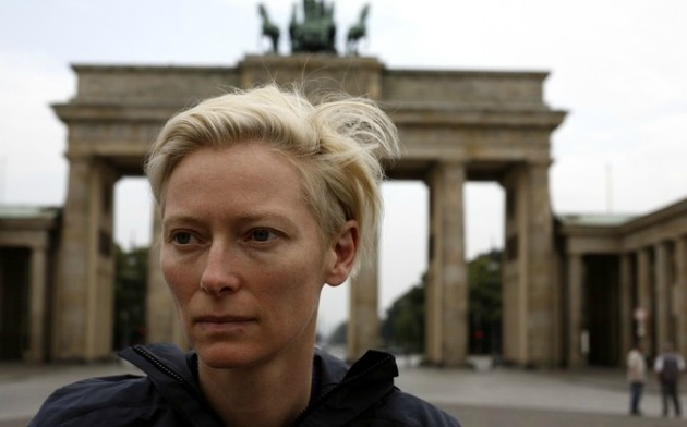 Tilda Swinton Skype-on mesél majd (Fotó: Szenenfoto - The invisible Frame, Filmgalerie451)