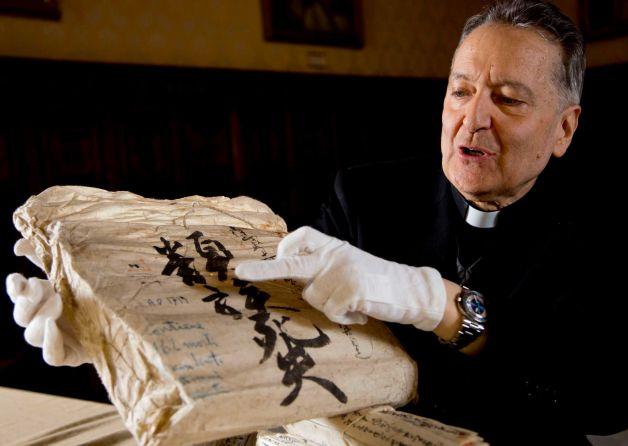 A Vatikáni Apostoli Könyvtár igazgatója, Cesare Pasini az iratokkal (Fotó: Domenico Stinellis, AP)